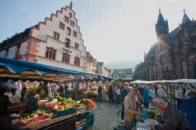 Freiburg - Cathedral Square (Münsterplatz) between Kornhaus and Cathedral © FWTM / Raach