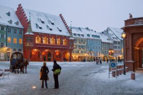 Cathedral square (Münsterplatz) in winter, Freiburg © FWTM / Raach