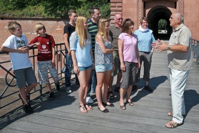 Tour Guide with group, Weissenburger Tor, Germersheim © Südpfalz Tourismus Landkreis Germersheim e.V.